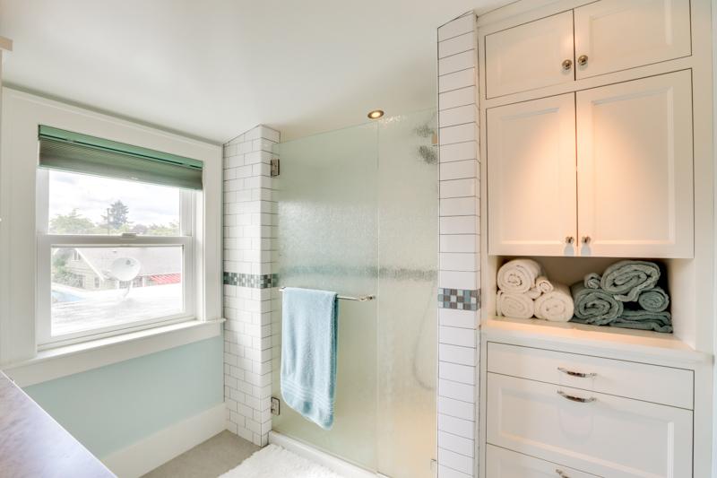 split bath shower upper_3015 NE 47th Ave_034_lowres.jpg