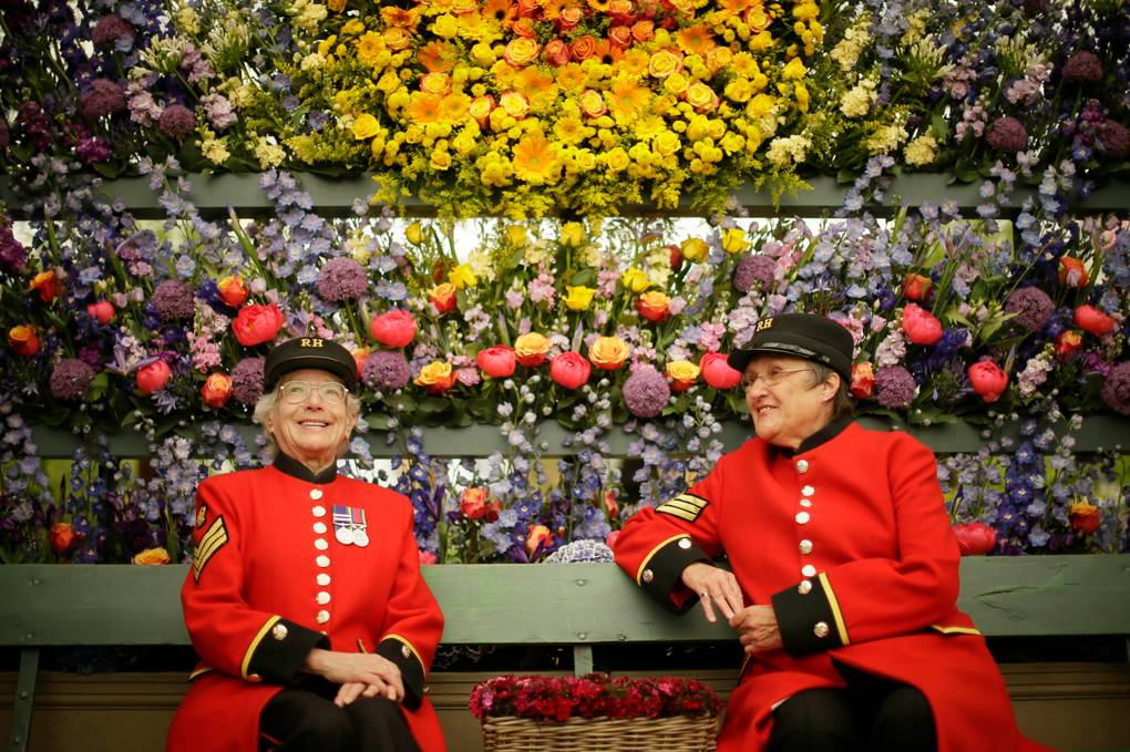 Chelsea pensioners enjoy a floral display. XINHUA/REX/SHUTTERSTOCK