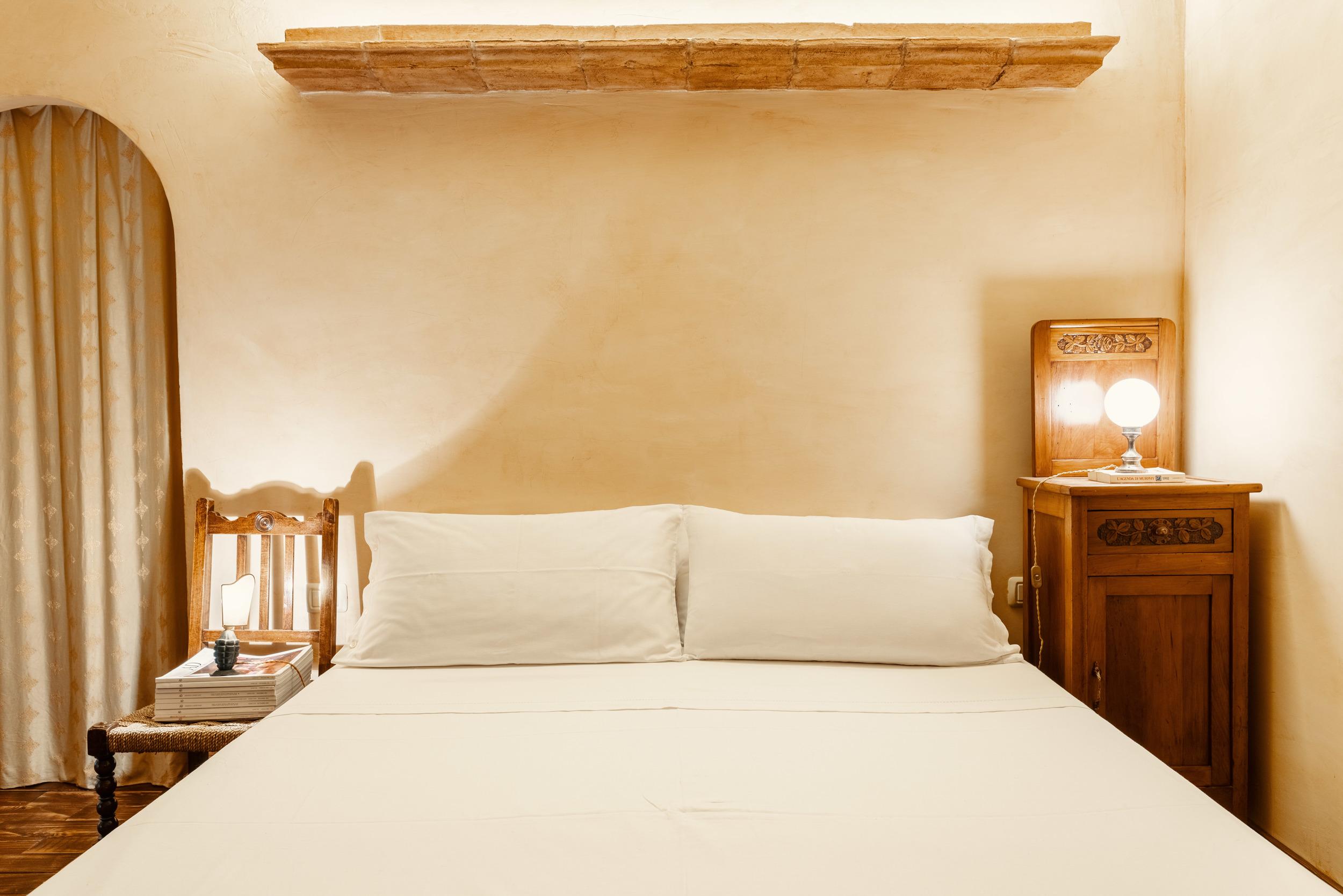 Camera da letto in stile country house con cabina armadio.