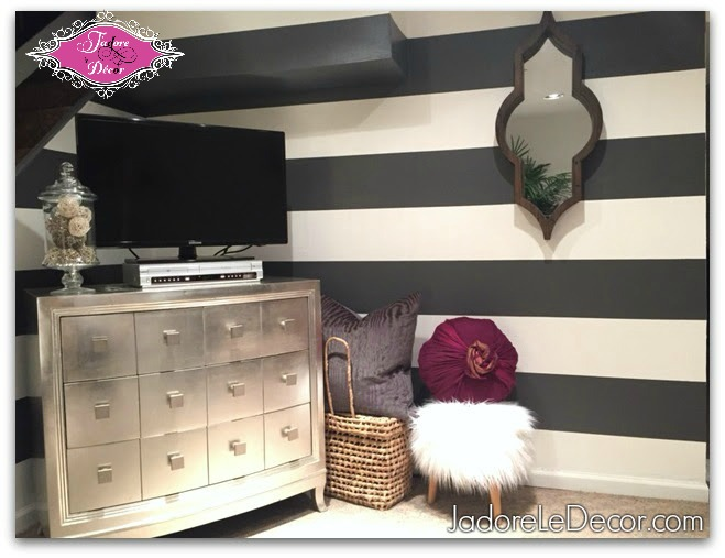 www.JadoreleDecor.com | How to paint horizontal stripes on a wall.