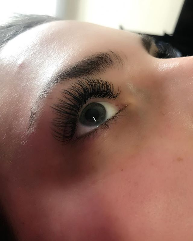 Classic lash set on this beauty! 💓 . . .  Mobile eyelash extensions services available DM or text (832) 795-2341 for an appointment! *online booking coming soon*  #plushlashco #PLUSH #borboletabeauty #borboleta #mobile #eyelashextensions #texas #houston #woodlands #tomball
