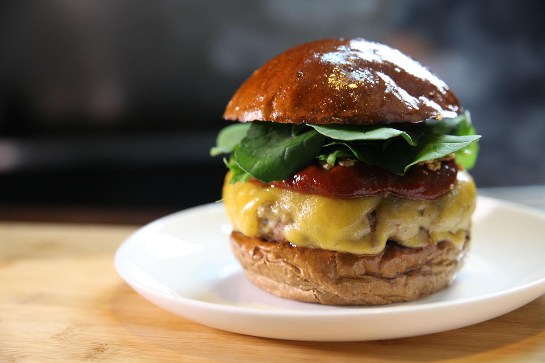 BEAST - R$ 30,00   Pão australiano, burger de costelinha de porco, queijo barbecue da casa, cebola crispes e rúcula.