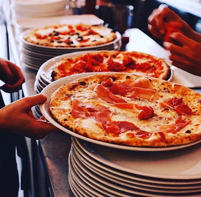Dinsdag. Geen zin om vanavond te koken? Wij natuurlijk wel. Houtoven staat weer aan! 🍕#pazzi #dinsdag #pizza #vancoothplein