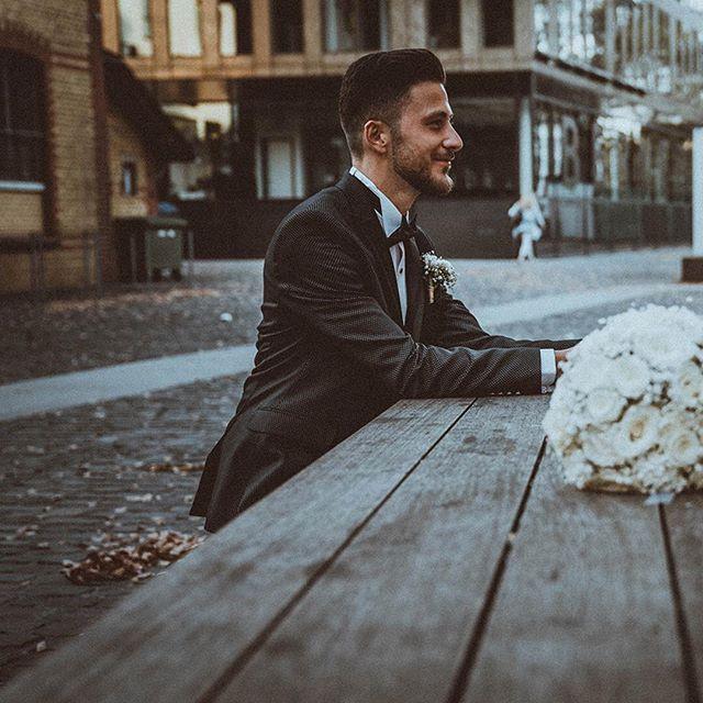 Seize the moment . . . . . #02181021 #theknot #weddingchics #themedwedding #weddingideas #weddingbouqet #weddingmoment #bridesmaids #weddinginspiration #studiophotogram #champagneglass #hochzeitsfotograf #gelsenkirchen #modernwedding #gelsenkirchenwedding