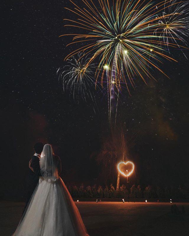 Lighting the sky with color of love . . . . . #08181010 #theknot #weddingchics #weddingwire #themedwedding #fineartphotography #bride #weddinginspiration #studiophotogram #brideandgroom #hochzeitsfotografie #gelsenkirchen #gelsenkirchenwedding