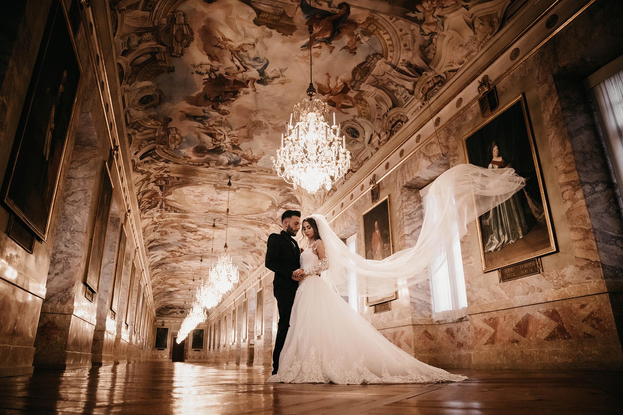 Braut im Museum mit fliegender Schleier.jpg