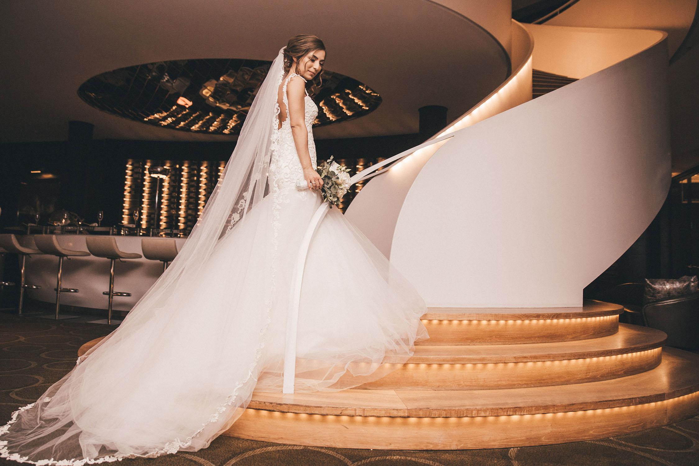 Braut mit Blumenstrauß auf der Treppe.jpg