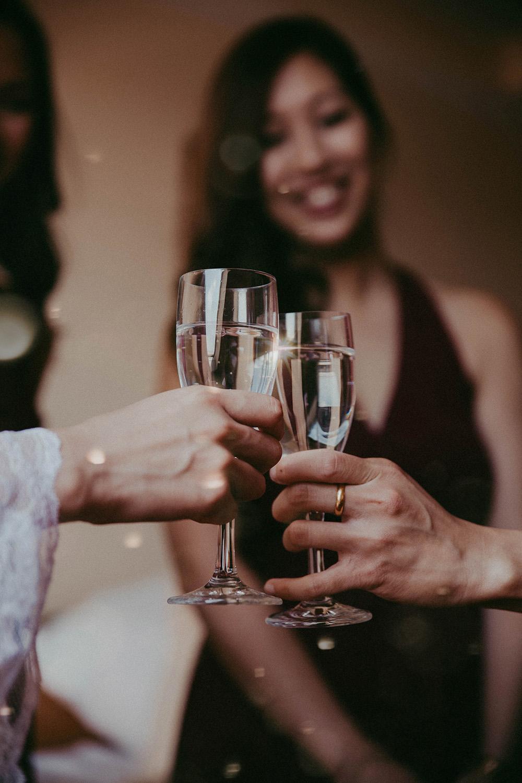 Braut mit Brautjungfern, die Champagnergläser anstoßen.jpg