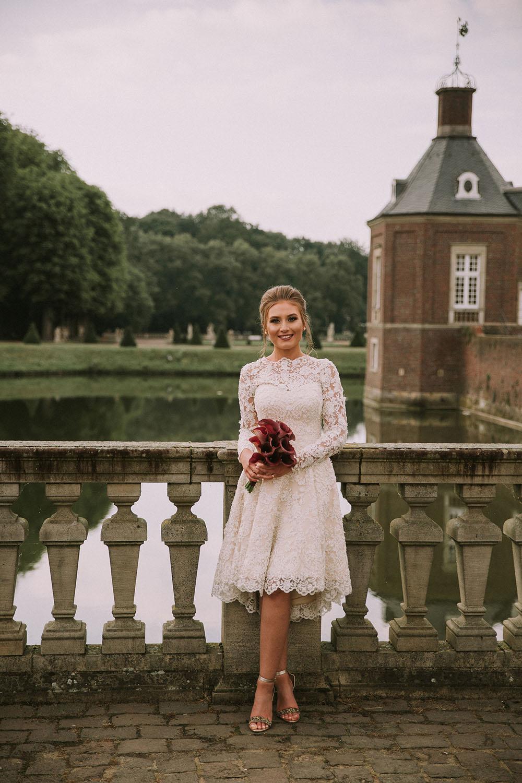 Braut mit einem Brautstrauß am See.jpg
