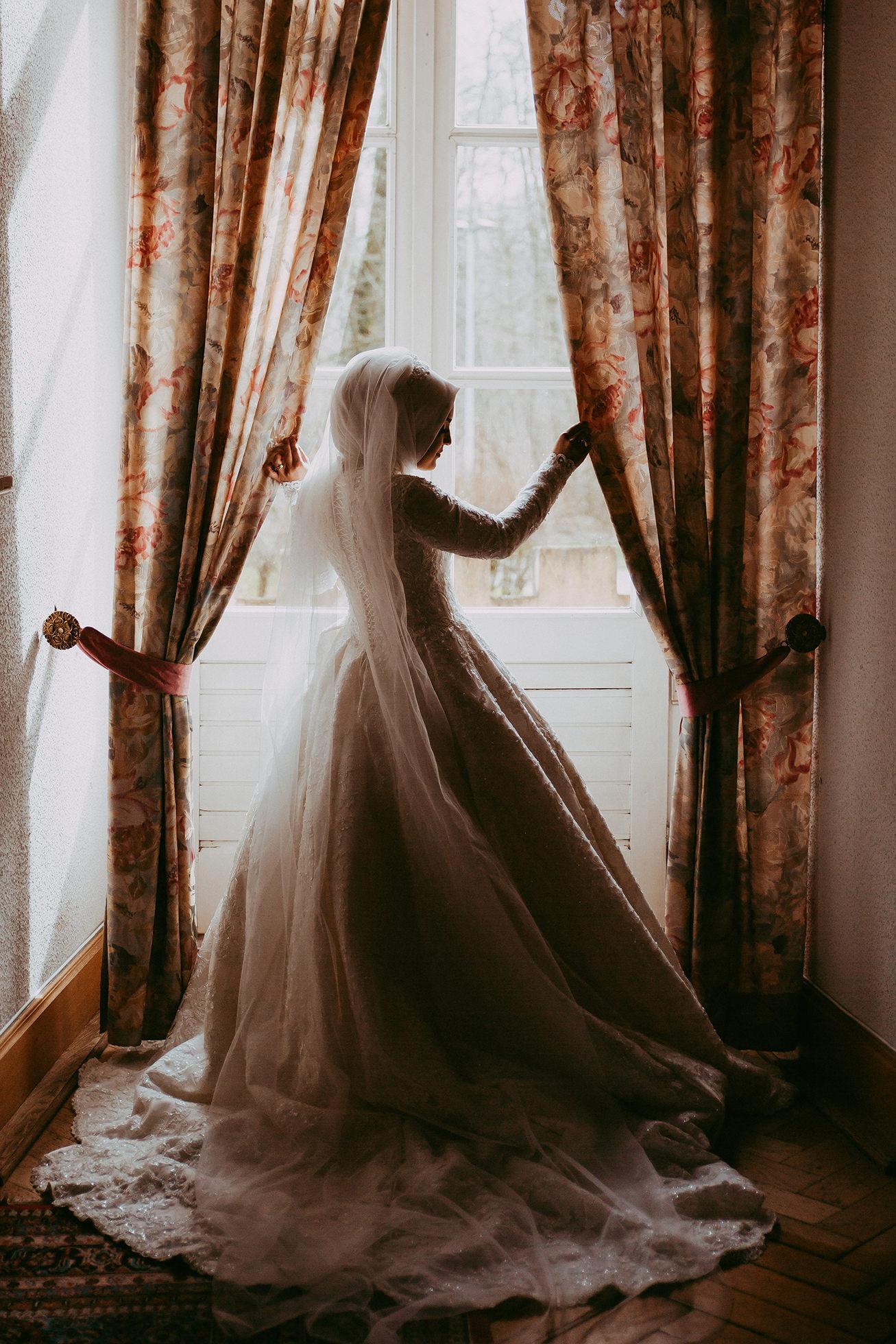 Braut schaut aus dem Fenster .jpg