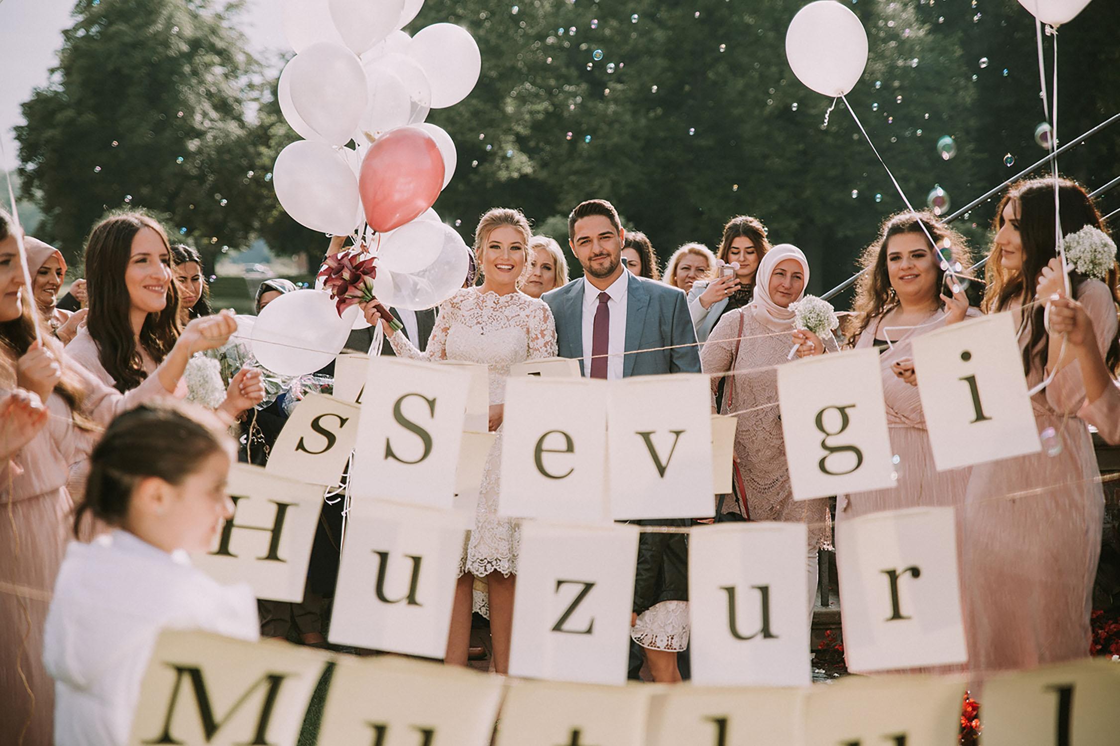 Braut und Bräutigam feiern die standesamtliche Trauung.jpg