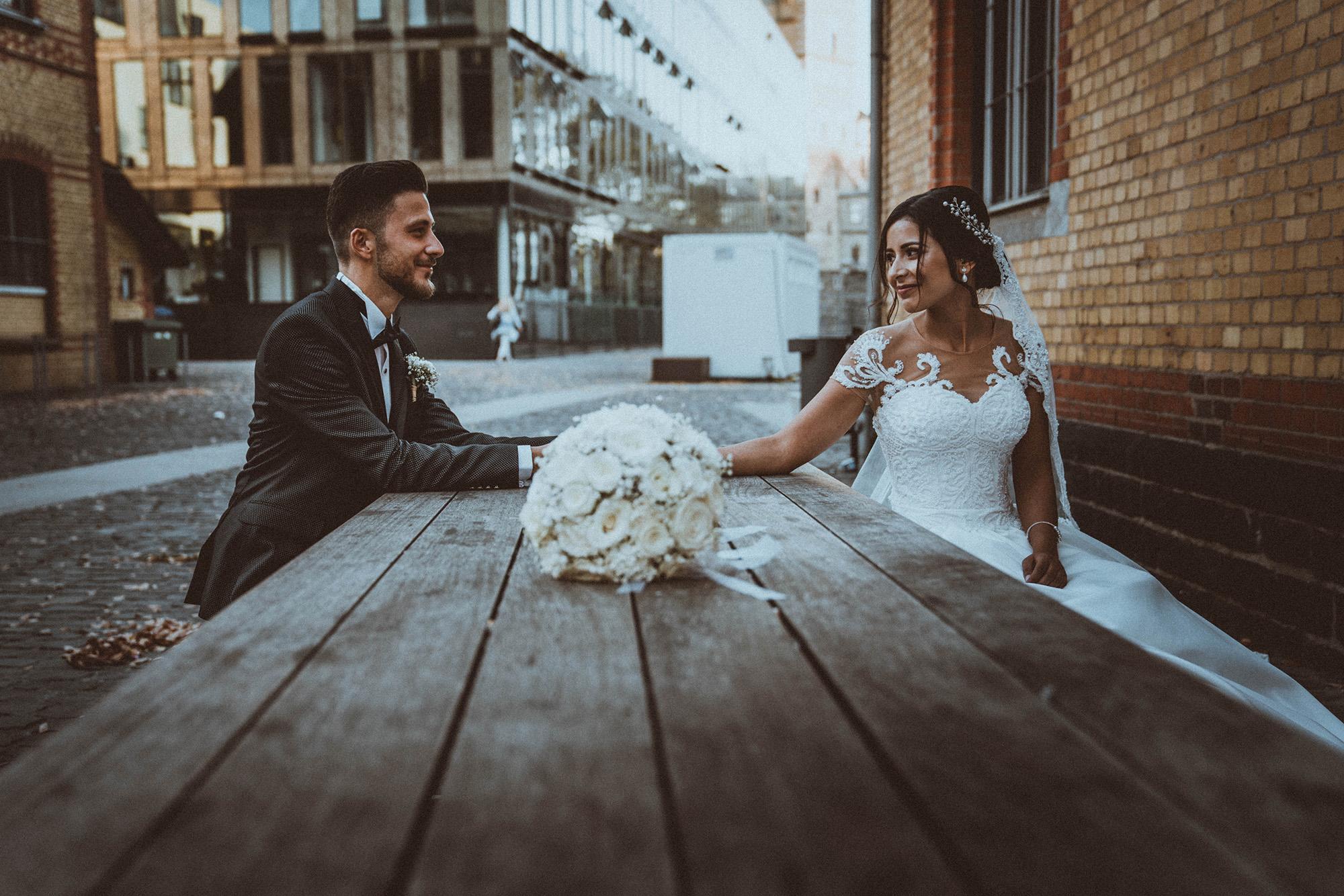 Braut und Bräutigam Hand in Hand  am Tisch .jpg