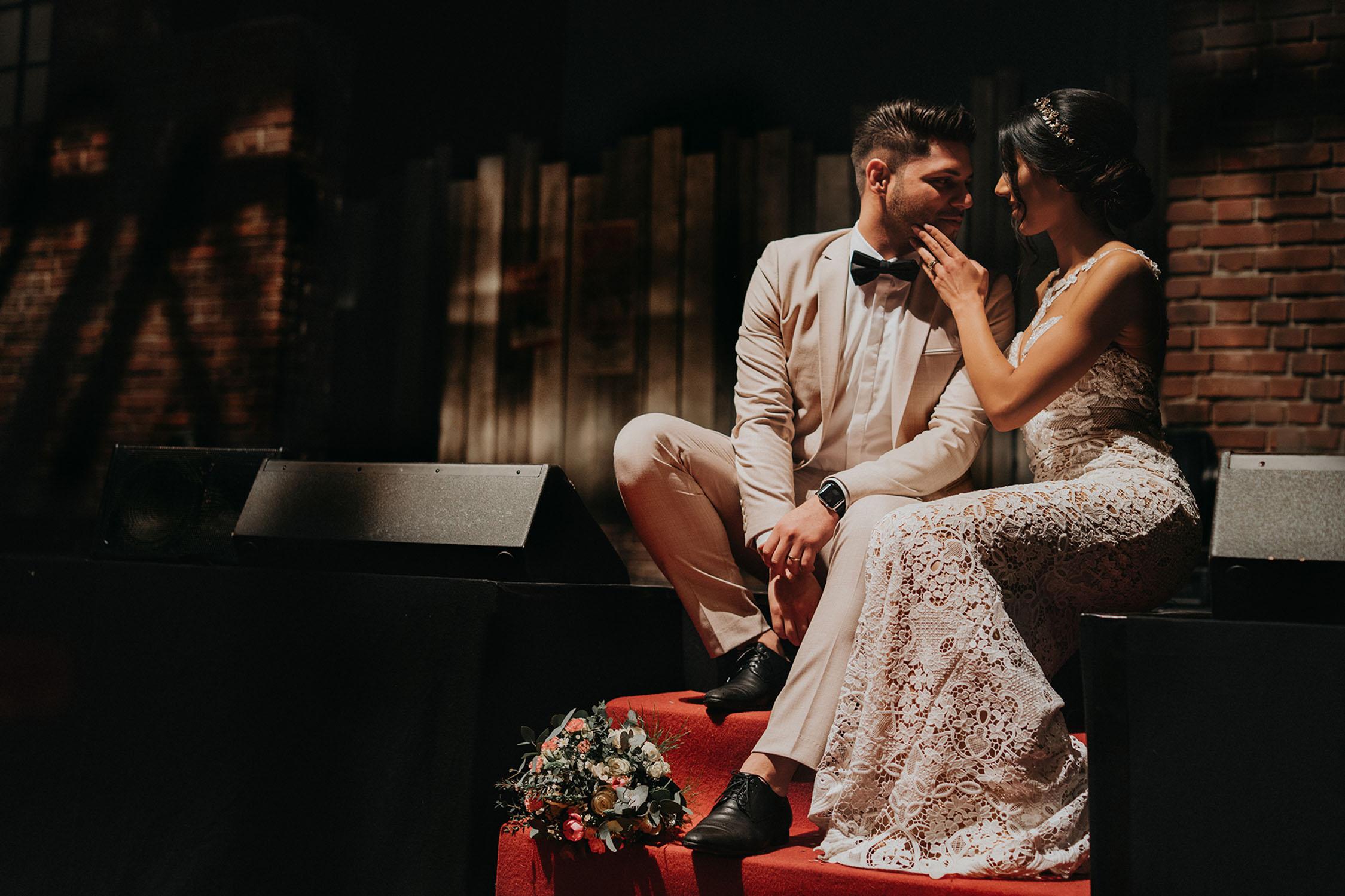 Braut und Bräutigam sitzen auf Theaterbühne.jpg