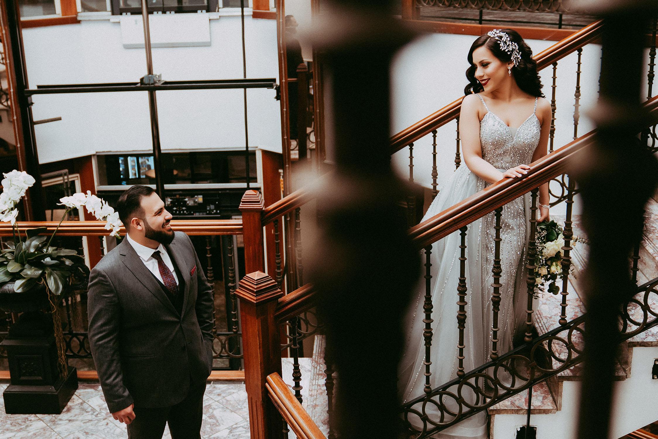 Braut und Bräutigam, die auf der Treppe sich anschauen.jpg