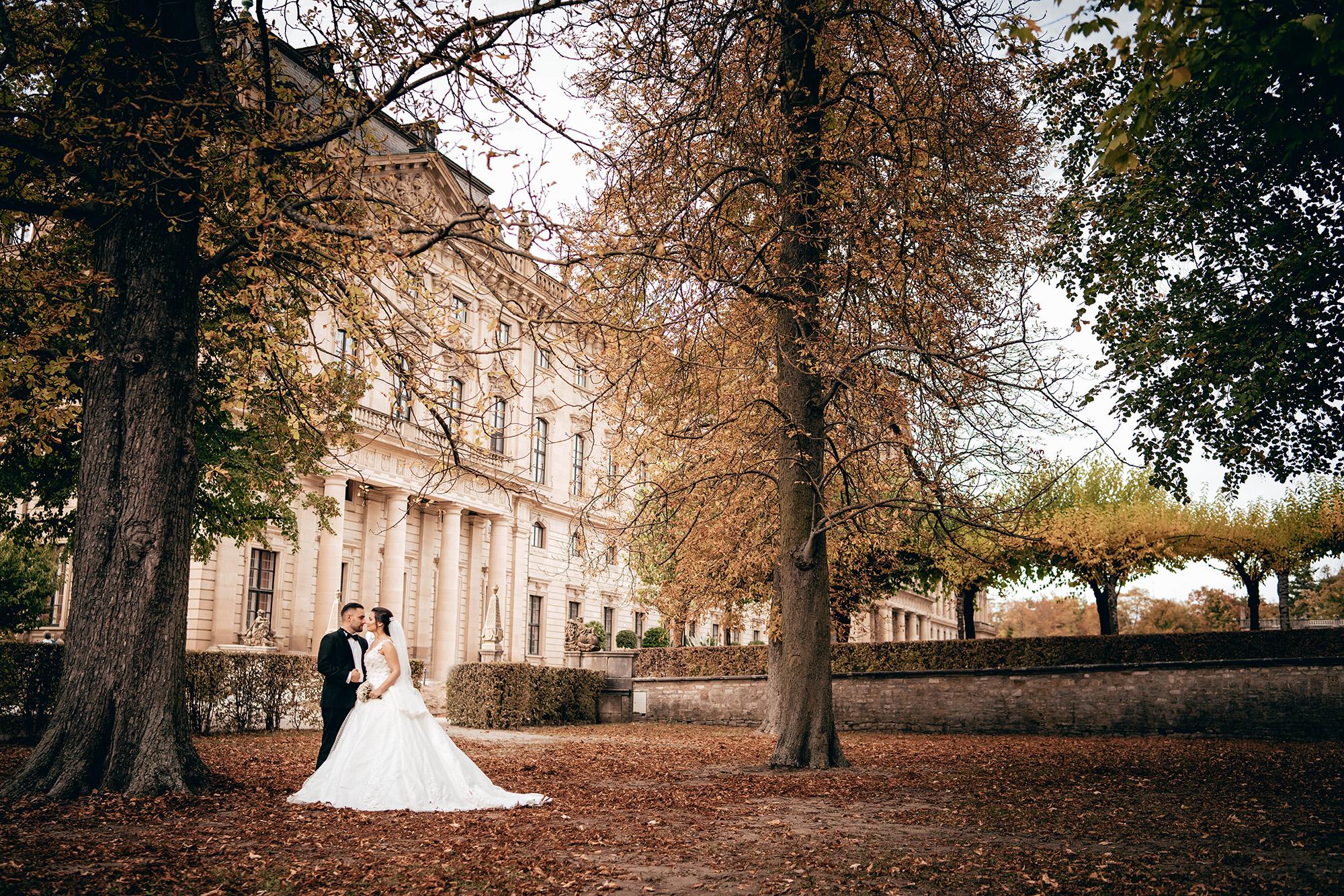 Braut und Bräutigam, die im Herbst sich umarmen.jpg