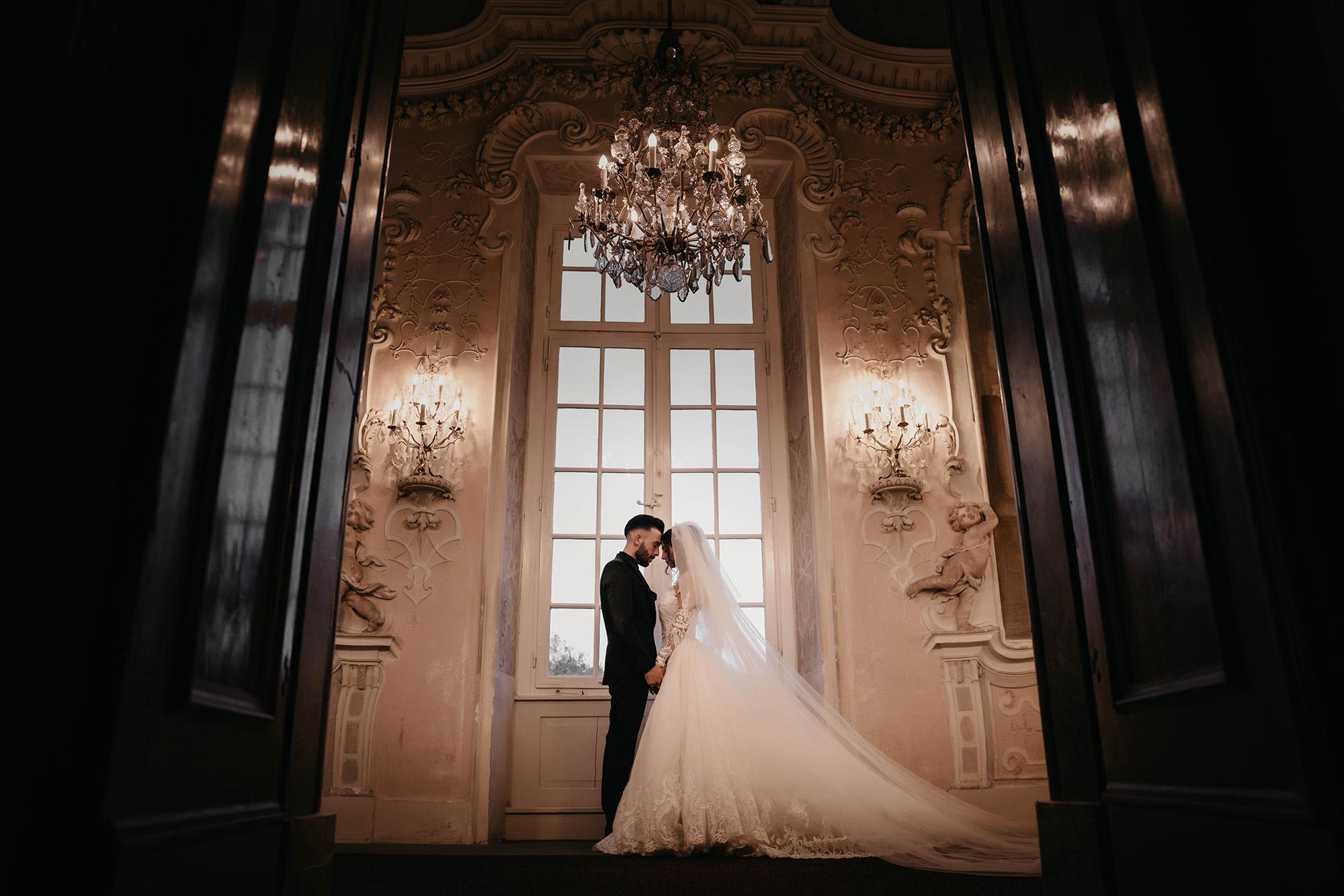 Braut und Bräutigam, Hand in Hand vor dem Fenster.jpg