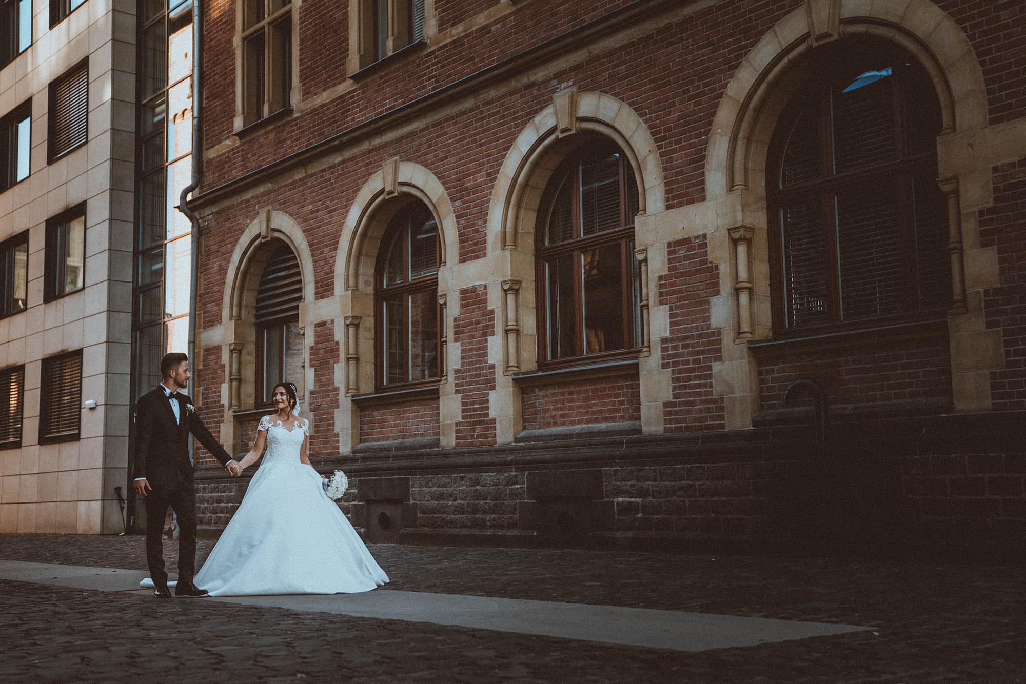 Braut und Bräutigam, Hand in Hand auf der Straße .jpg