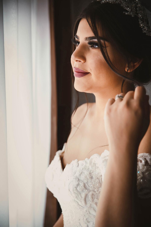 Braut, die aus dem Fenster schaut.jpg