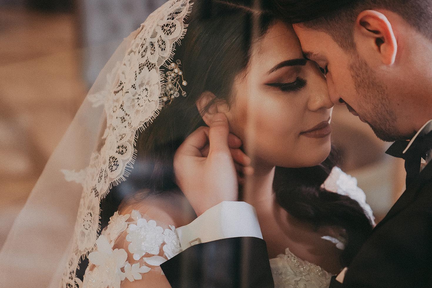 Bräutigam berührt sanft das Gesicht seiner Braut.jpg