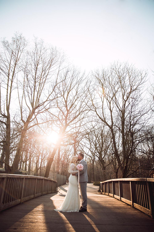 Bräutigam küsst die Braut auf der Brücke.jpg