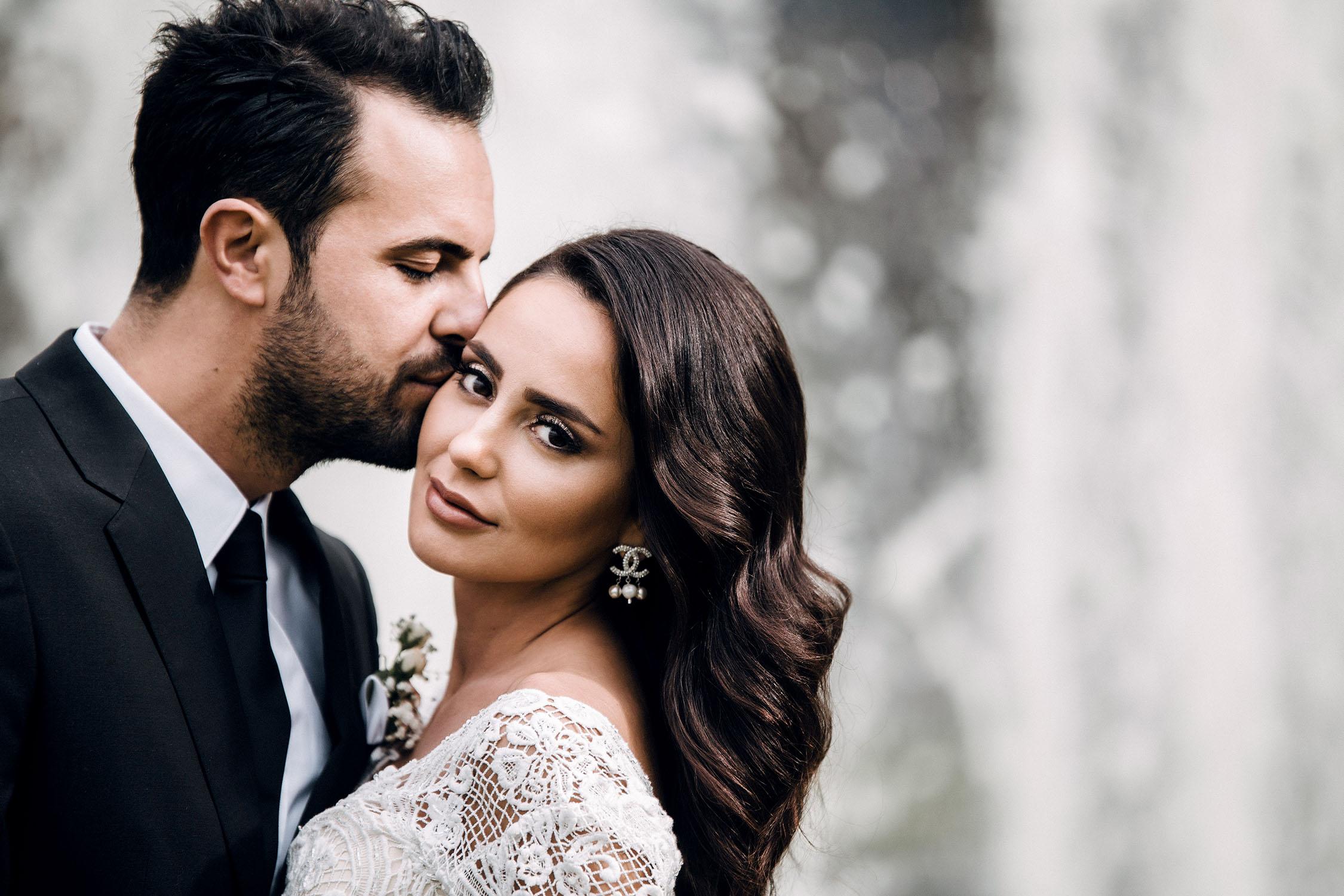 Bräutigam küsst seine Braut.jpg