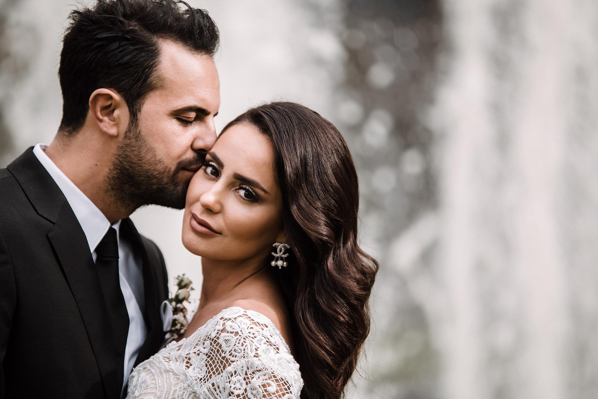 Bräutigam der seine Braut küsst.jpg