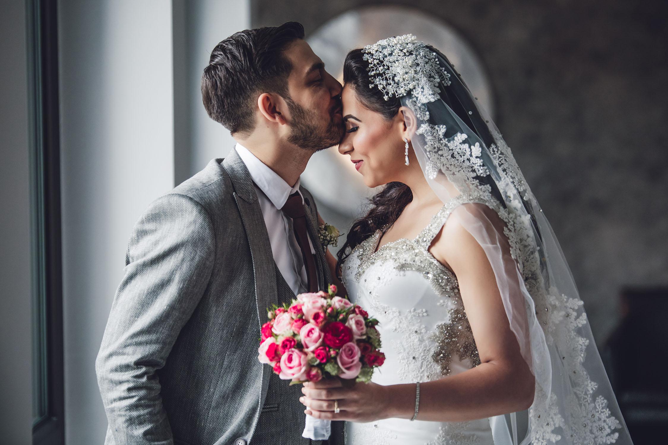 Bräutigam, der seine Braut küsst.jpg