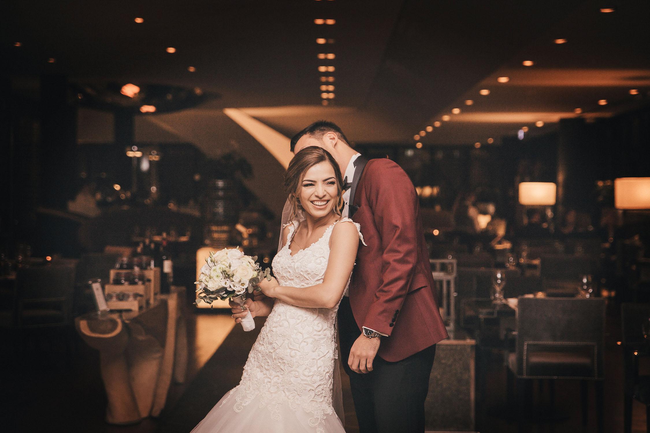 Brautpaar, die Spaß haben.jpg