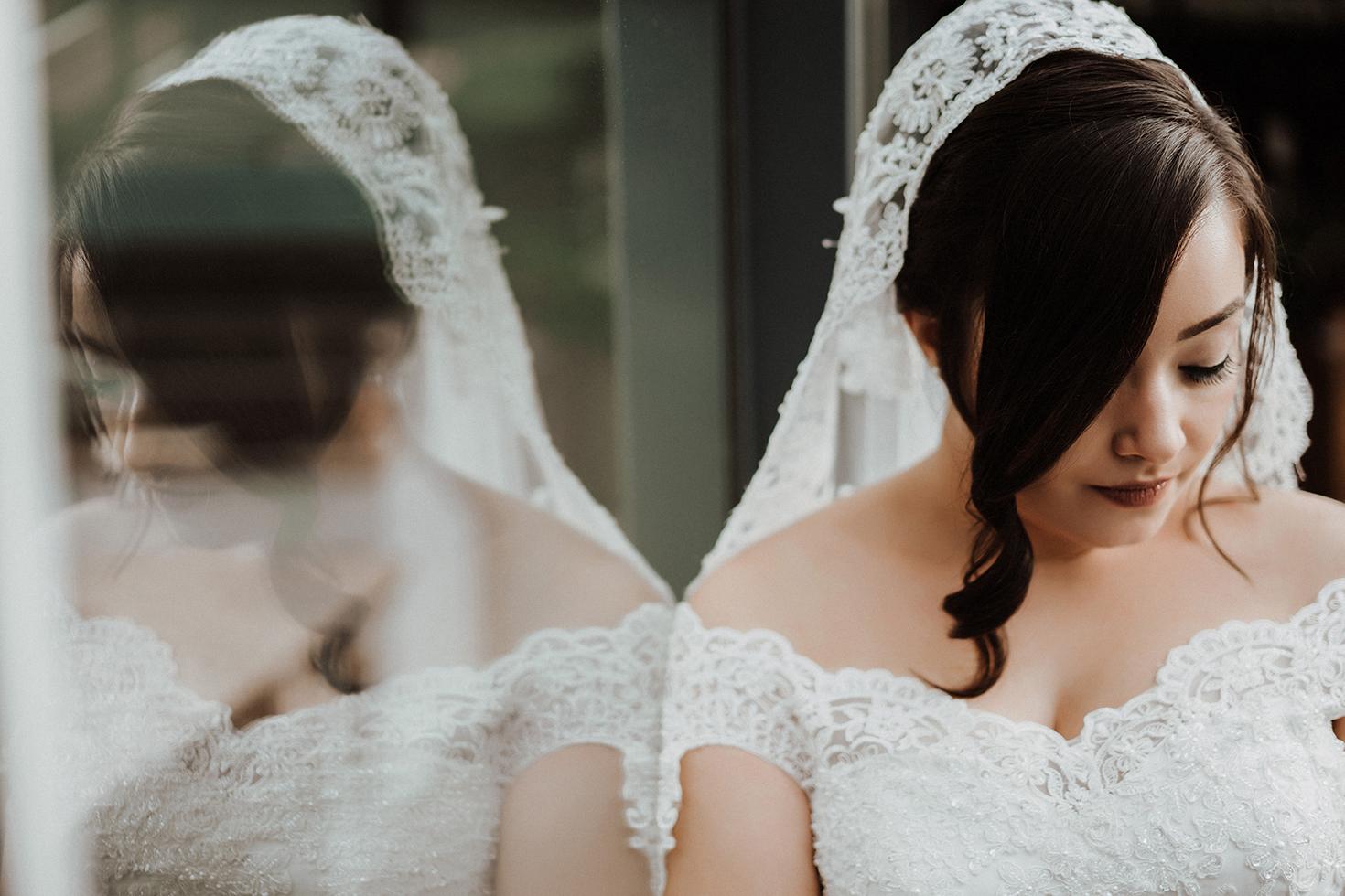 Elegante Reflexion einer Braut im  Spiegel.jpg