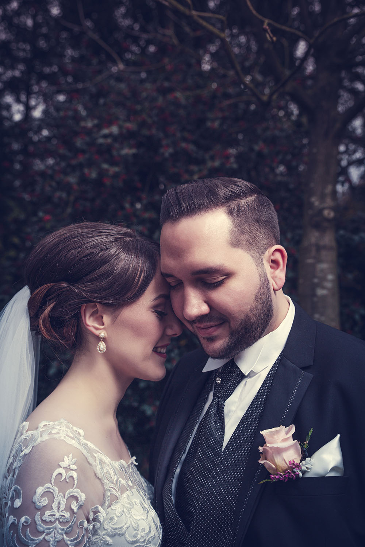 Glücklich lächelnde Braut und Bräutigam.jpg