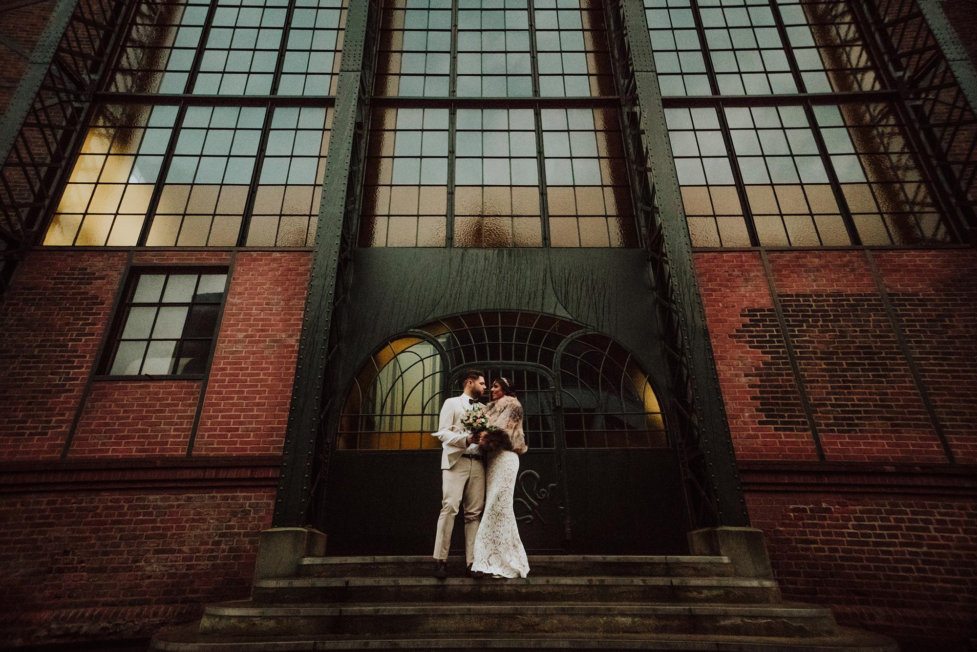 Brautpaar, die vor der Glas-Gebäude sich umarmen.jpg