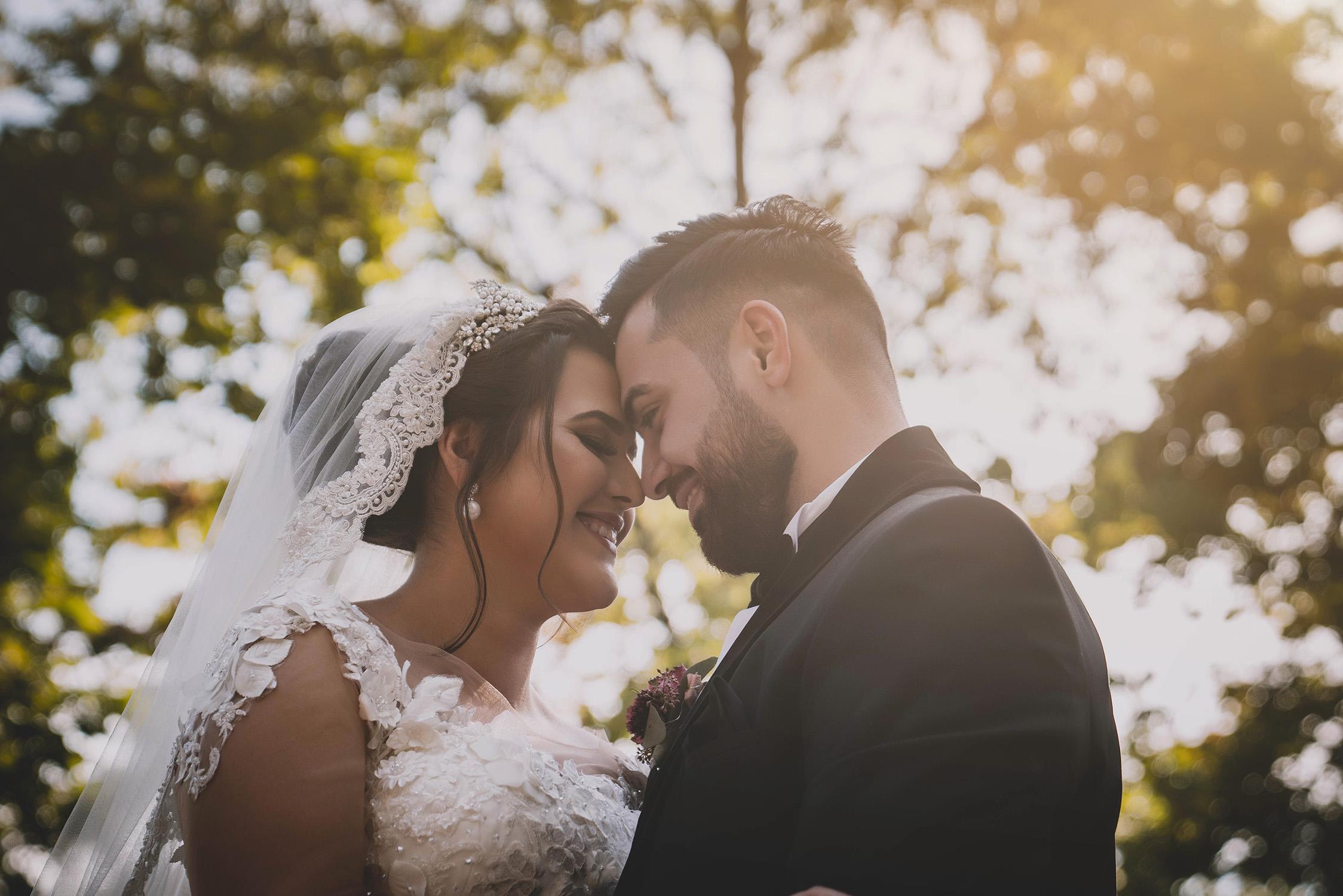 lächendes Brautpaar zwischen den Bäumen.jpg