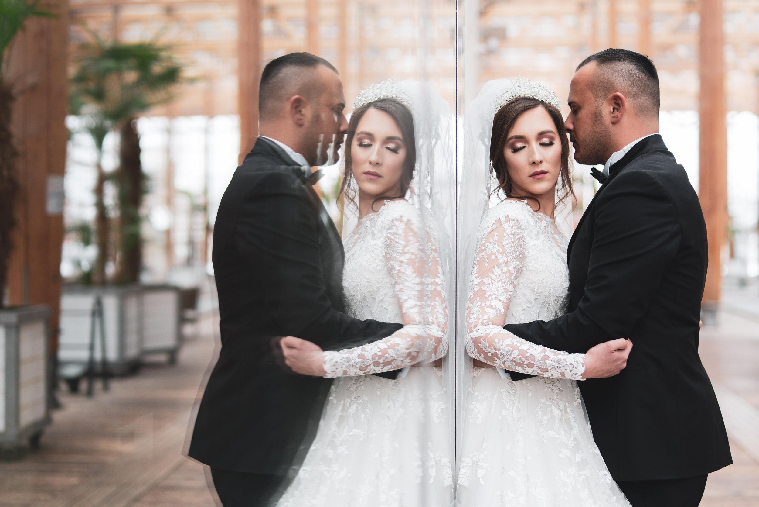 Spiegel Reflexion junges Brautpaar.jpg