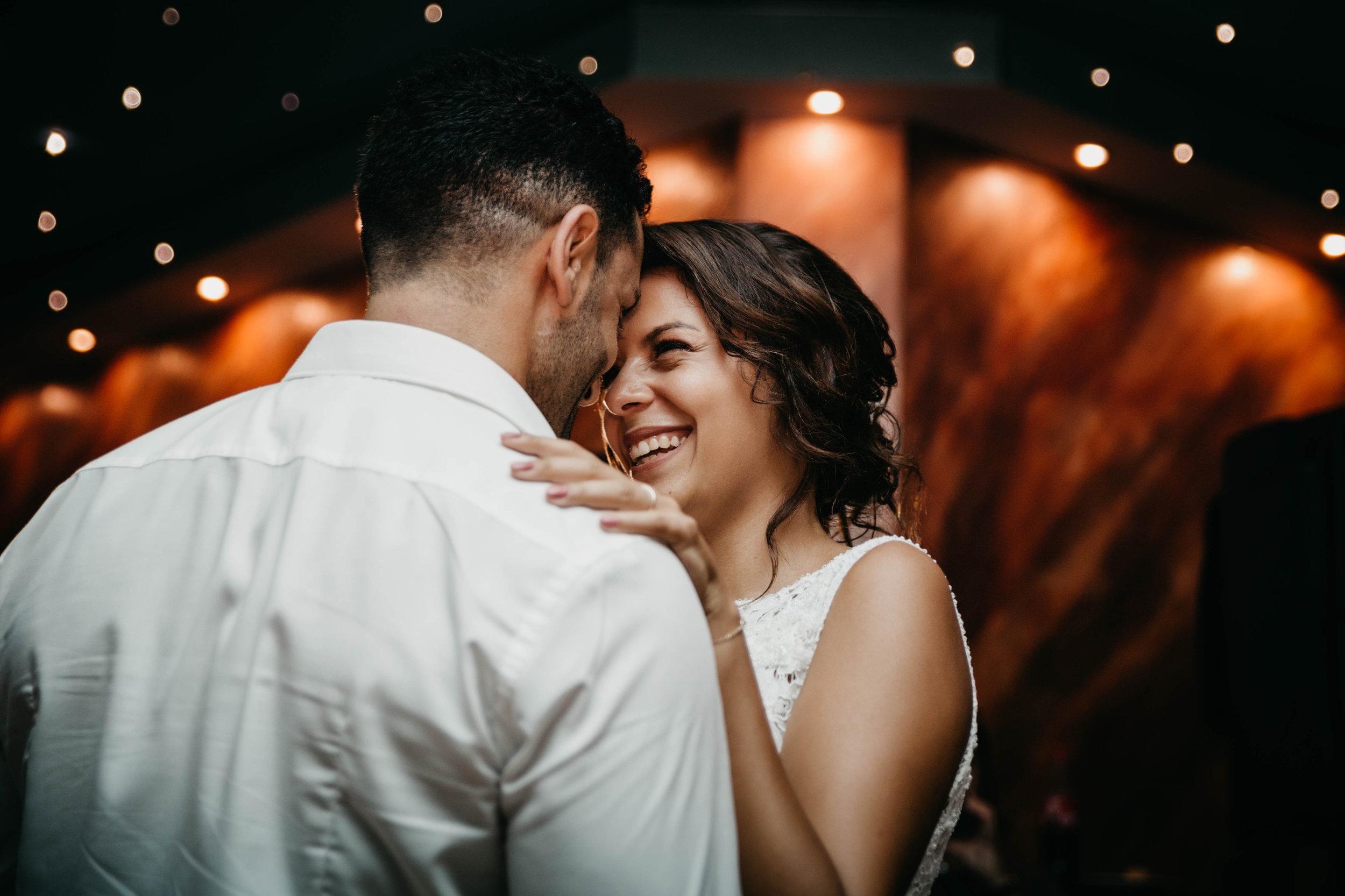 Tanzendes Brautpaar während Sie einander anlächeln.jpg