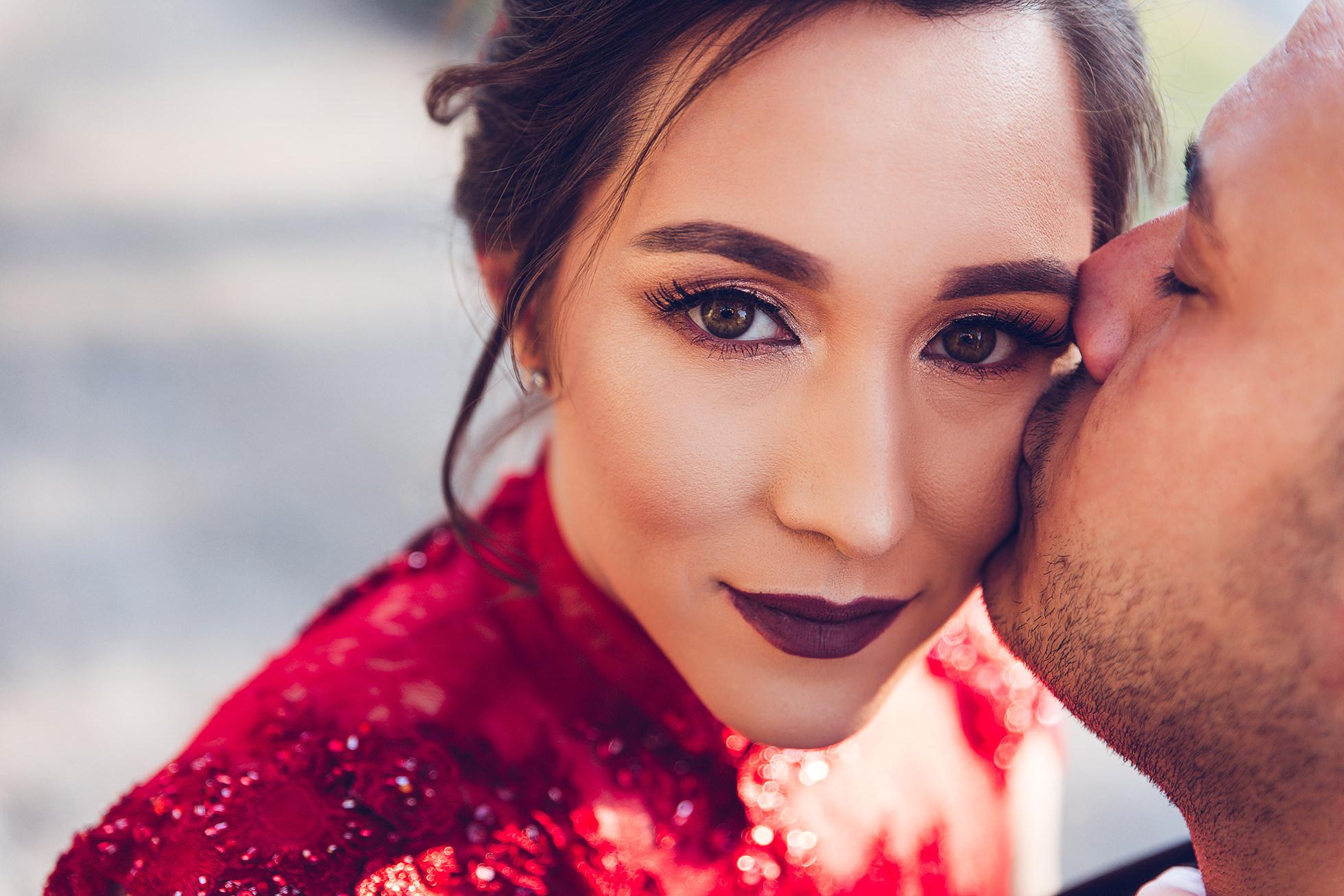 Verlobtes Paar im roten Kleid .jpg