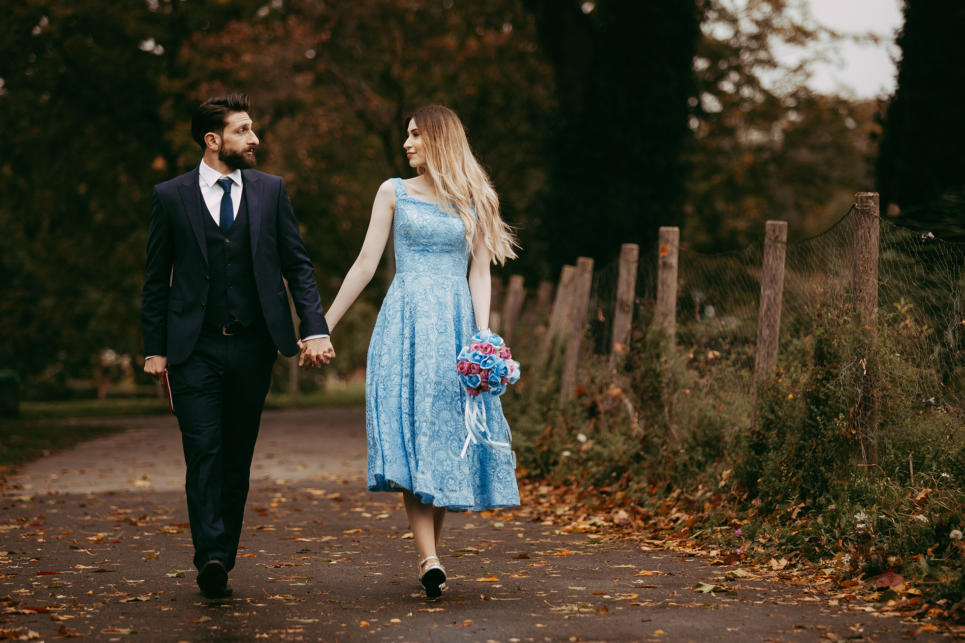 Verlobtes Paar im blauen Kleid gehen durch die Straßen.jpg