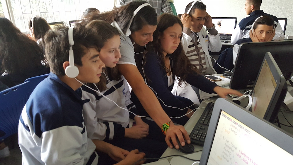 Mehackit Atelier gives educators more time to help individual learners to succeed with their own projects! Students follow the Atelier tutorial videos and make small project assignments before moving on to more challenging projects. In the photo, Mehackit instructor with lower secondary students learning Music Programming in Bogota, Colombia.