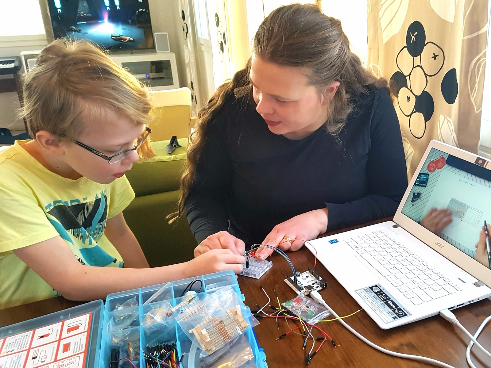 Kaisa and her son, Otso, exploring Mehackit Maker kit.