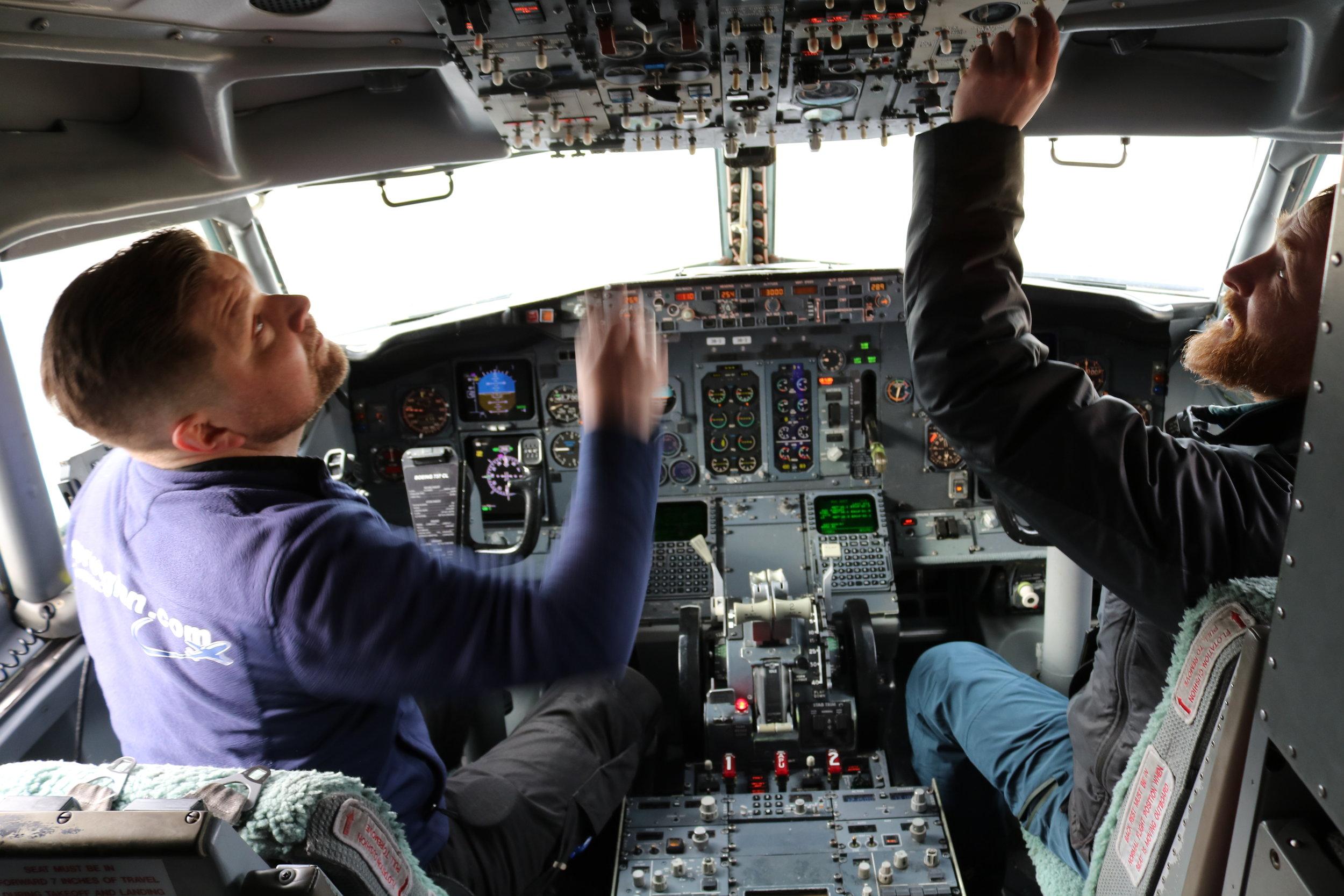 - Alt virker som det skal, det er helt helt utrolig, sier Holstad under test i cockpit sammen med koservator Michael Loftus.