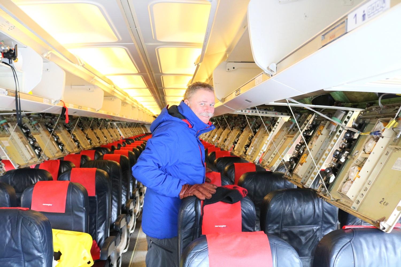 Teknisk sjef på norsk Luftfartsmuseum Harald Rubach fjerner oksygenflasker i Norwegian flyet