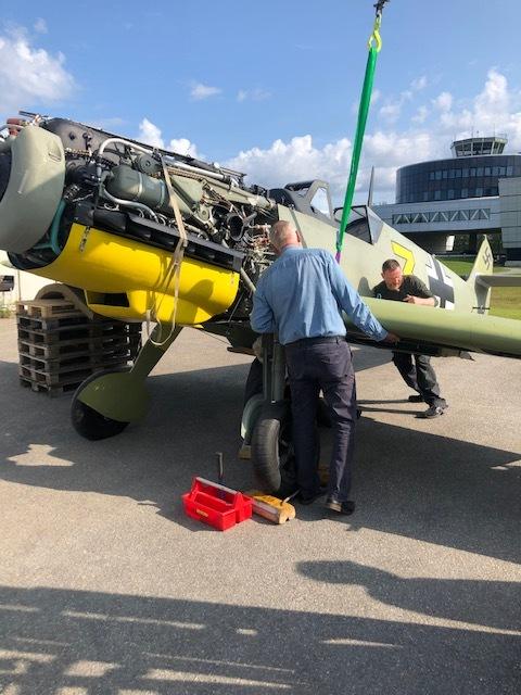 Konservator Michael Lofthus prøver å justere vingen på plass