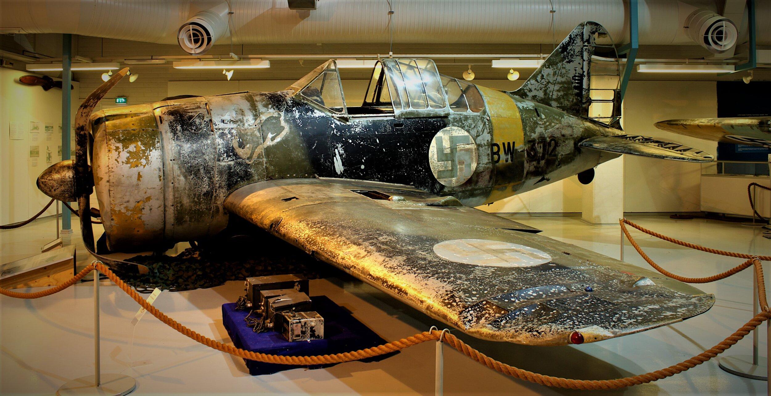 Brewster Buffalo F2A BW-372 utstilt eksakt slik det så ut når det ble hentet opp av et vann i Russland, på det finske luftforsvarsmuseet