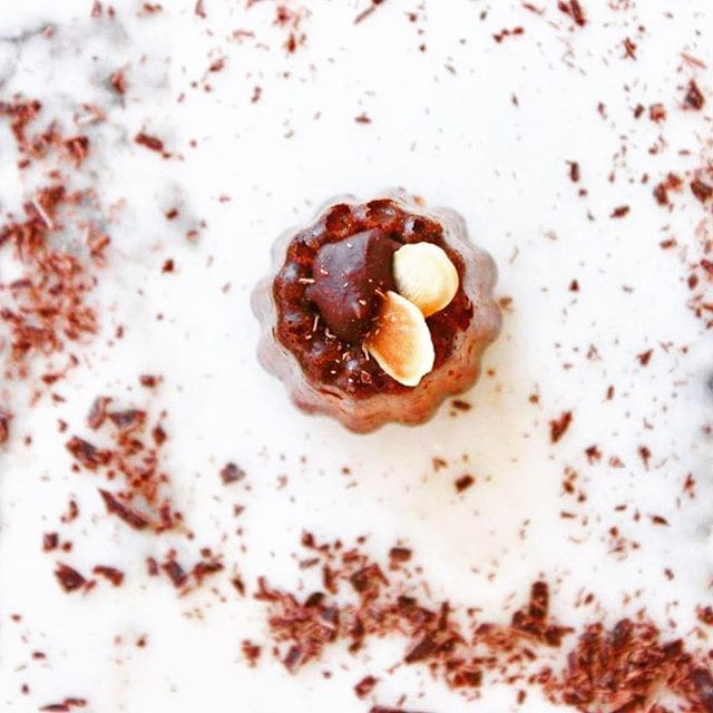 V E N D R E D I ✨ . Tout est permis !  Une dose de chocolat pour fêter le week-end qui arrive ✨ On ne présente plus notre Canolé version Chocolat & Amandes Grillées. . . 📷 Canolé Chocolat Guanaja 70% & Amandes Grillées . . . 📝 Merci @newtable_paris d'avoir parlé de nous en décembre dernier ! (#latergram - Lien dans la Bio) . . . #newtable #canolé #canoleparis #cocooning #pausecafe #gourmandise #patisseriefrancaise #dansmonassiette #food #lifestyle #chocolat #canele #cannelé #instafood #faitmaison