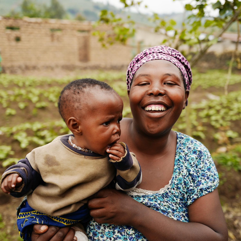 JOSEPHINE, APROFAPER, RUANDA - PROPORCIONAR OPORTUNIDADES DE TRABAJO Y EDUCACIÓNAprofaper es una ONG que promueve el desarrollo económico, la educación para la salud y la asistencia legal a las personas que viven con VIH. Al mismo tiempo, trabaja para detener al estigma en sus comunidades. Josephine es miembro de la Mukamira Farming Cooperative (Cooperativa de Agricultura Mukamira) de Aprofaper. Antes de que Aprofaper había llegado a su comunidad, las personas con VIH fueron estigmatizadas, dejándolas aisladas y sin poder trabajar. Gracias a la introducción de la educación comunitaria y los servicios de salud, así como a las oportunidades de empoderamiento económico, tales como cursos de agricultura y cría de animales, ahora las personas VIH+ que viven en Mukamira  no solo estan en buena salud y prósperas, sino que pueden obtener un sueldo suficiente para mantener a sus familias.