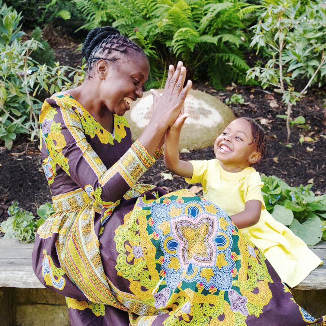 CONNIE Y LUBONA, ZAMBIA - PREVENCIÓN DE LA TRANSMISIÓN DE MADRE A HIJOConnie ha superado más de lo que una persona debería aguantar. Antes de descubrir que tenía VIH, Connie tuvo tres hijos. Durante sus embarazos, sin darse cuenta, transmitió el virus a sus hijos, y luego los perdió por enfermedades relacionadas con el SIDA. A pesar de esta pérdida devastadora, Connie ha perseverado y con la ayuda de los antirretrovirales se ha mantenido saludable, ha aconsejado a mujeres como ella y, en 2012, dio a luz a una hermosa hija, Lubona, sin transmiterle el VIH.