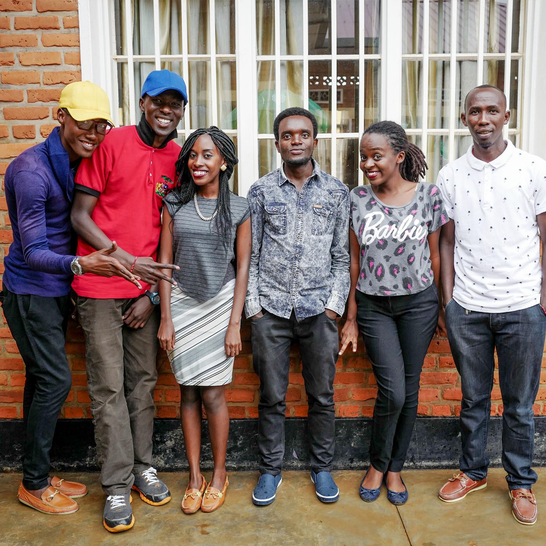KIMISAGARA YOUTH CENTER, RUANDA - EDUCACIÓN Y ASESORÍA ENTRE COMPAÑEROSEl Kimisagara Youth Center en Kigali es un centro de servicios integrales para adolescentes y adultos jóvenes. El centro proporciona servicios para incrementar la calidad de vida, enfocado en temas como la educación informática, capacitación vocacional y orientación profesional, así como  programas deportivos y artísticos. Mientras se encuentran en el centro para aprovechar estos programas de educación, los jóvenes también pueden acceder a servicios y asesoría acerca de la salud sexual y reproductiva, en un ambiente accesible y amigable para ellos. Los educadores-compañeros del centro también trabajan para educar a una comunidad juvenil más amplia —a través del teatro interactivo y el deporte— desarrollando una conciencia esencial sobre cómo protegerse del VIH.