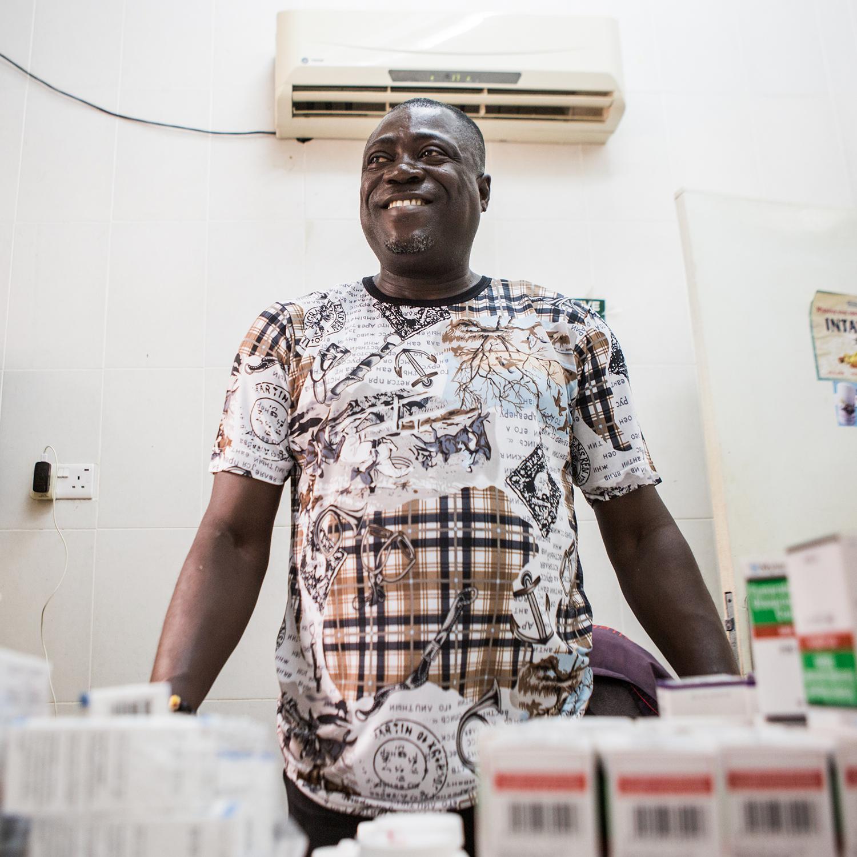 PRUEBAS Y TRATAMIENTO - Para recibir tratamiento para el VIH, primero necesitas saber si lo tienes. Un factor clave para poner fin a la epidemia de SIDA es garantizar que todas las personas con VIH conozcan su estado y tengan acceso a los servicios de tratamiento. Hoy día, dos terceras partes de todas las personas que viven con VIH conocen su estado, y el año pasado, por primera vez en la historia de la epidemia, más de la mitad de las personas que viven con VIH recibía tratamiento con ARV para salvar su vida. Si se cumple adecuadamente con la adherencia. El tratamiento con ARV, que cuesta tan poco como 20 centavos al día, no solo mantiene a una persona con VIH viva y saludable, sino que también reduce el riesgo de transmisión. Ha habido un progreso increíble en la ampliación del acceso a los servicios de pruebas y tratamiento y como resultado, las muertes relacionadas con el SIDA se han reducido por la mitad desde su punto máximo en 2004, y las nuevas infecciones entre los niños ha declinado por casi dos tercios desde el año 2000.
