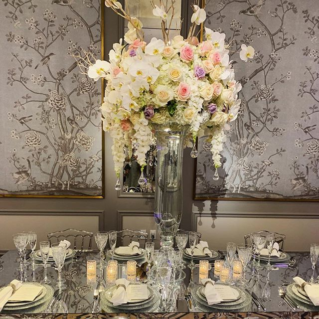 Mirrors make an instant impact! We loved this glam table by @partyrentalltd at last weekend's @brideluxofficial wedding show