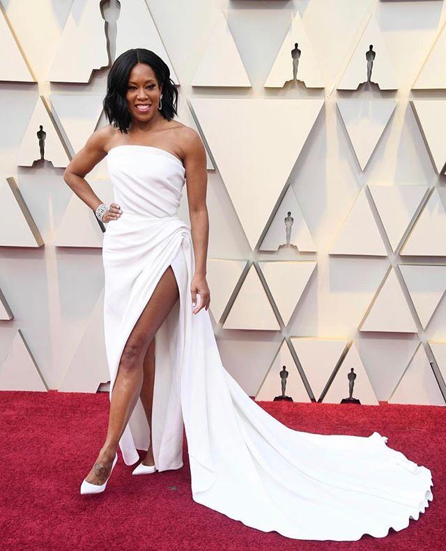Best supporting actress winner Regina King is giving us major bridal vibes in this white @oscardelarenta gown . .  #oscars #oscarsfashion #redcarpet #oscars2019 #wedding #weddingdress #weddingstyle