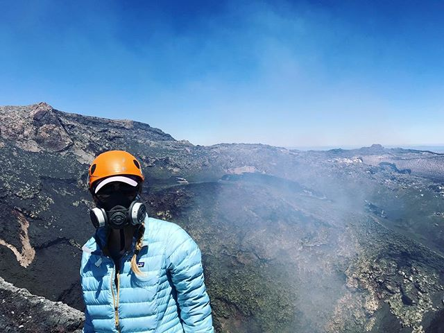 . 📍Volcano Villarrica Climb 👣 5 miles 💪🏻 Difficult ——————— Trail Babe Tips: ▫️Wear waterproof clothing ▫️Pack LOTS of water ▫️Dont forget your sunscreen!